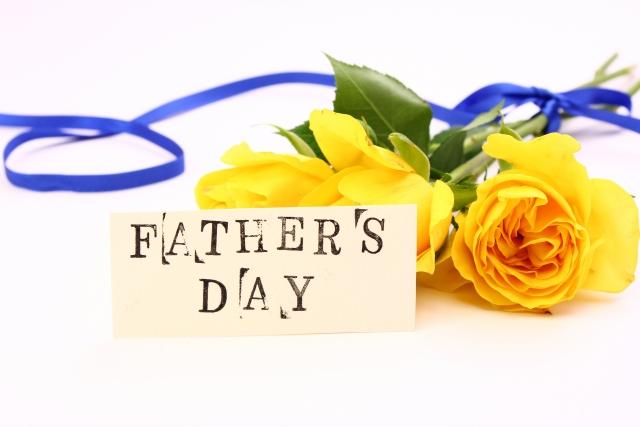 父の日に青いリボンを掛けて黄色のバラ