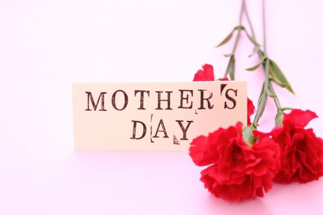 母の日のカードと赤いカーネーション