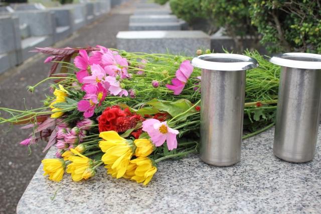 お墓詣り花を供える